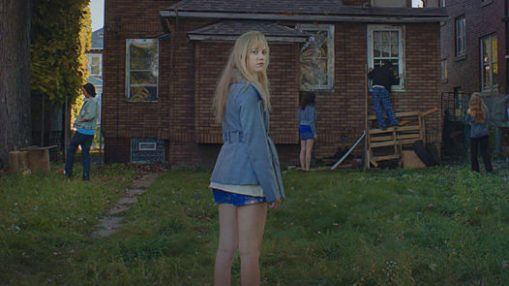it-follows-still2-526x295.jpg